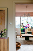 Blick auf Couchtisch im Wohnzimmer
