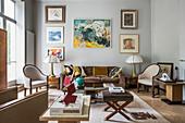 Klassisches Wohnzimmer in gedeckten Farben mit Stuckdecke