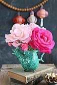 Strauß Rosen in Rosa und Pink in einer Vase in Tierform