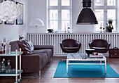 Polstersofa, Retro Sessel und Couchtsich mit Marmorplatte im Wohnzimmer