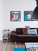 Moderne Kunst über Polstersofa und Servierwagen im Wohnzimmer