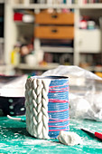 Vase wird aus geflochtener Modelliermasse selbstgemacht