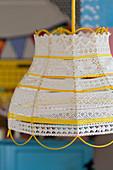 Lampenschirm aus Garn, Spitzenborten und Bändern in Gelb und Weiß