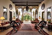 Orientalisches Wohnzimmer mit Bogen zum Innenhof im Palast
