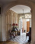 Eingangsbereich in historischer Villa mit gotischem Stuck und Bogen