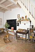 Alter Schreibtisch, Schulbank, Tafel und nostalgische Deko