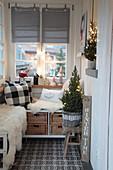 Winterlich dekorierter Eingangsbereich mit Sitzbänken