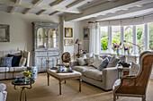 Komfortables Wohnzimmer mit edwardianischer Anrichte