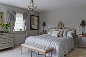 Doppelbett mit dekorativem Kopfteil im Schlafzimmer