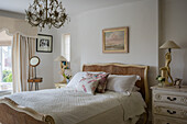 Guest bedroom with a pair of art deco lamps