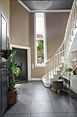 Weiße Treppe in hoher Diele