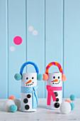 Lustige Schneemänner aus Papierrollen, Chenilledraht und Pompons