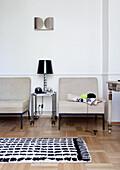 Zwei Sessel im klassischen Wohnzimmer mit Parkettboden