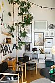 Bildergalerie im Wohnzimmer im skandinavischen Vintage Stil