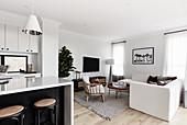 Moderner multifunktionaler Wohnraum in Schwarz-Weiß