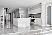 Stufen zur modernen minimalistischen offenen Küche in Weiß