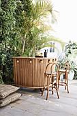 Bar aus Bambus mit Ananas-Deko auf der Terrasse im Garten