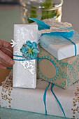 Weihnachtsverpackung mit Stempelmotiv in Blau und Weiß