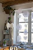 Tortenspitze als weihnachtliche Fensterdekoration