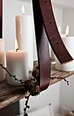 Ledergürtel am hängenden DIY-Kerzenhalter