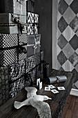 Geschenke-Turm in schwarz-weißer Verpackung und Möwenfigur auf Holztisch