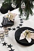 Weihnachtstisch in Schwarz und Weiß, mit Blüten dekoriert