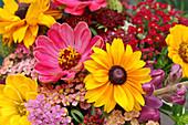 Sonnenhut, Zinnie, Schafgarbe, Löwenmäulchen und Witwenblume im Sommerblumenstrauß