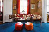 Tapete mit Leopardenmuster, rote Vorhänge und tiefblauer Teppich in Lounge