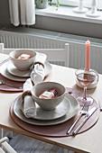Gedeckter Tisch in Puderrosa-Tönen