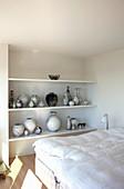 Regal mit Vasensammlung im Schlafzimmer