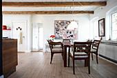 Esstisch mit Armlehnstühlen in offener Küche
