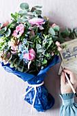 Blumenstrauß aus Frühlingsblumen und Eukalyptus