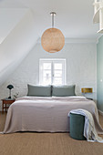 Schlafzimmer mit Doppelbett im Dachgeschosszimmer