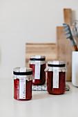 Erdbeermarmelade in Gläsern mit DIY-Etikett