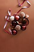 Weihnachtschmuck mit Samtband