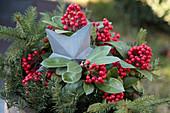 Verzinkter Weihnachtsstern mit Scheinbeeren und Tannenzweigen