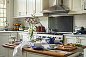 Cremefarbene Einbauküche, im Vordergrund Frühstückstheke