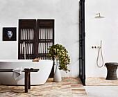 Freistehende Badewanne, Holzbank, antiker chinesischer Paravent und abgetrennter Duschbereich