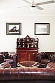 Vintage Ledergarnitur und antike Hausbar