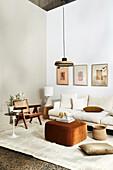 Helles Sofa mit Kissen, Stuhl und Ottoman im Wohnzimmer
