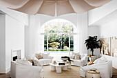 Gemütliche Lounge mit Hussenmöbeln und Terrassenzugang