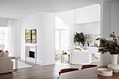 Offener Wohnraum mit Essbereich, Kamin und Lounge