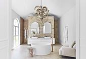 Luxus Badezimmer mit runder, freistehender Badewanne und Doppelwaschtisch