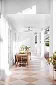Elegante, überdachte Veranda mit Designermöbeln