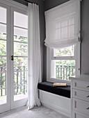 Gemütliche Leseecke mit eingebauter Sitzbank vor Fenster