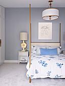 Doppelbett im Schlafzimmer mit hellgrauer Wand