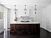 Mittelblock mit dunklem Holzfront in der Küche