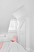 Schlafzimmer in Weiß, Einbauschrank und zartrosa Stuhl