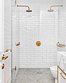 Duschbereich mit zwei Duschköpfen und weißen Wandfliesen