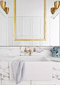 Marmor-Waschtisch mit Waschbecken, darüber Spiegel